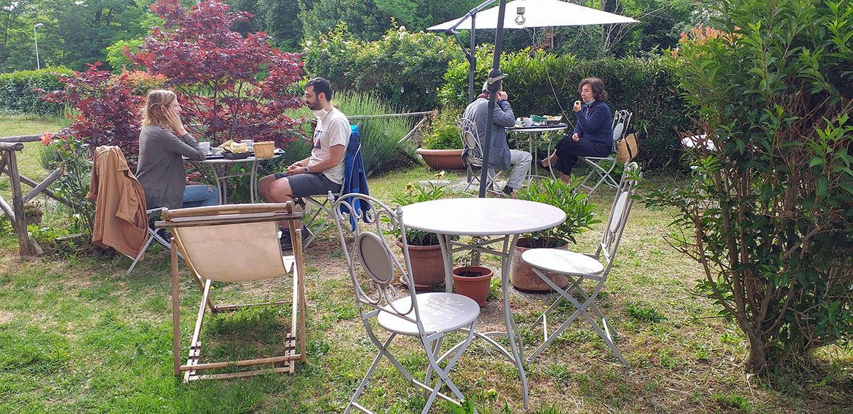 colazione-in-sicurezza-giardino-casa-dei-carrai-1200x583.jpg